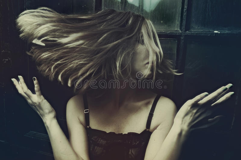 Τρίχα γυναίκας σε έναν στροβιλιμένος αέρα στοκ φωτογραφίες με δικαίωμα ελεύθερης χρήσης