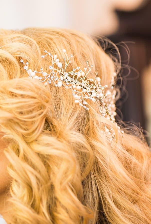Τρίχα νύφης, που ορίζεται με μια διακόσμηση τρίχας γάμος στοκ φωτογραφίες με δικαίωμα ελεύθερης χρήσης