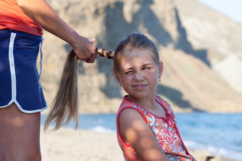 Τρίχα της κόρης πλεξίματος μητέρων υπαίθρια στοκ φωτογραφία με δικαίωμα ελεύθερης χρήσης