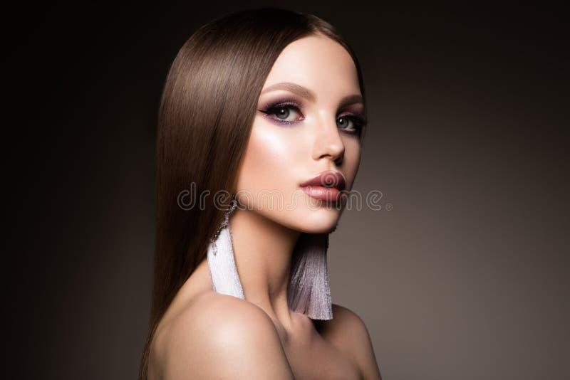 τρίχωμα Γυναίκα ομορφιάς με την πολύ μακριά υγιή και λαμπρή ομαλή καφετιά τρίχα Πρότυπη πανέμορφη τρίχα Brunette στοκ εικόνες