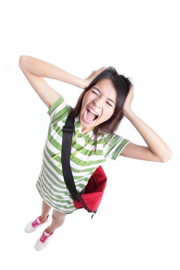 τρίχωμα κοριτσιών που τραβά τις κραυγάζοντας νεολαίες σπουδαστών στοκ φωτογραφία