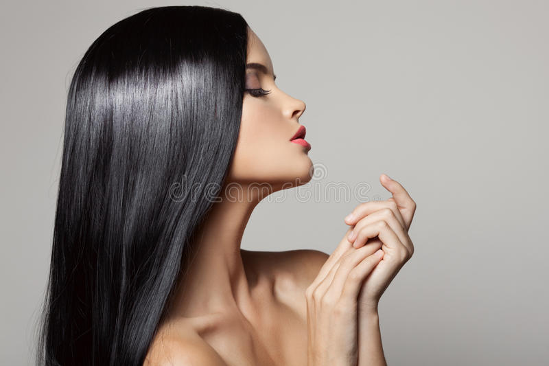 τρίχωμα Όμορφο κορίτσι brunette Υγιής μακρυμάλλης στοκ εικόνες