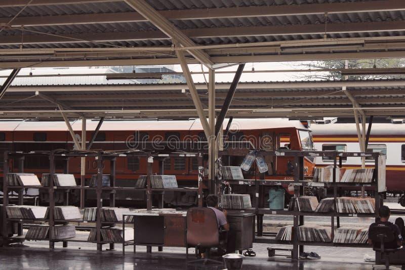 Τραίνα στο σιδηροδρομικό σταθμό στη χώρα στοκ εικόνα με δικαίωμα ελεύθερης χρήσης