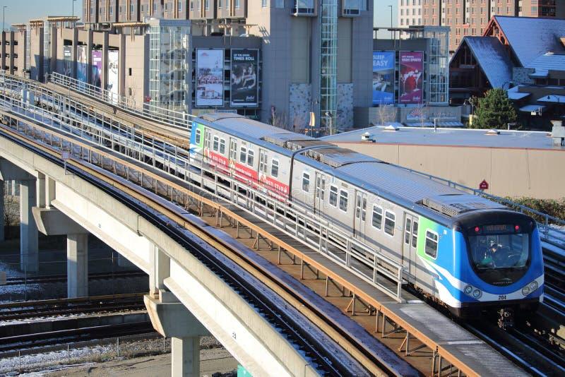 Τραίνο και πόλη γραμμών του Καναδά στοκ φωτογραφία με δικαίωμα ελεύθερης χρήσης