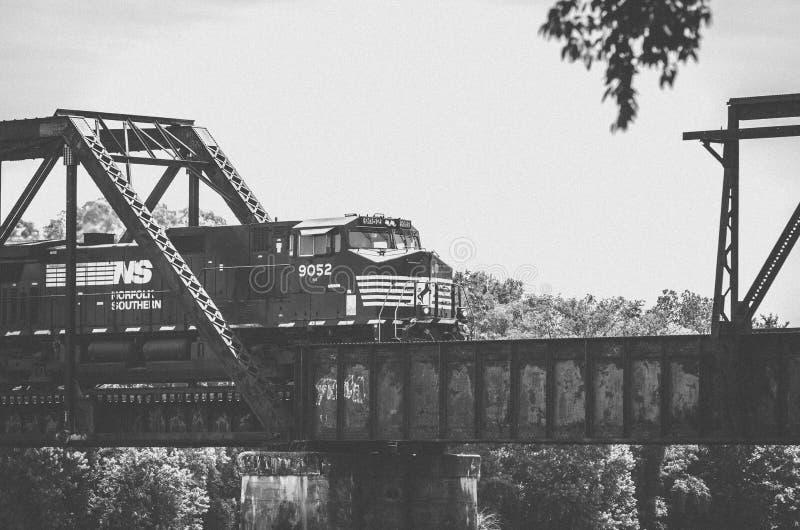 Τραίνο κατά μήκος του ποταμού σαβανών μεταξύ της Γεωργίας και της νότιας Καρολίνας στοκ εικόνα