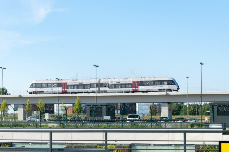 Τραίνο κοντά στον αερολιμένα του Γντανσκ Lech Walesa στοκ φωτογραφία με δικαίωμα ελεύθερης χρήσης