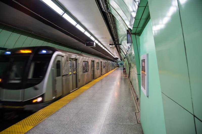 Τραίνο μετρό που τραβά σε μια εγκαταλειμμένη πλατφόρμα στοκ εικόνα