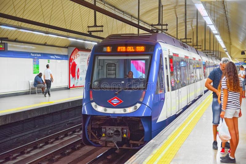 Τραίνο μετρό στον υπόγειο του μετρό της Μαδρίτης με τους ανθρώπους sta στοκ εικόνες