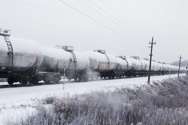 Τραίνο με την κίνηση δεξαμενών πετρελαίου Μεταφορά των καυσίμων στο σιδηρόδρομο στοκ φωτογραφίες με δικαίωμα ελεύθερης χρήσης