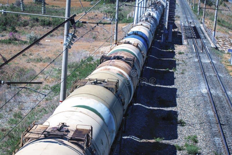 Τραίνο με την κίνηση δεξαμενών πετρελαίου Μεταφορά των καυσίμων στο σιδηρόδρομο στοκ φωτογραφίες