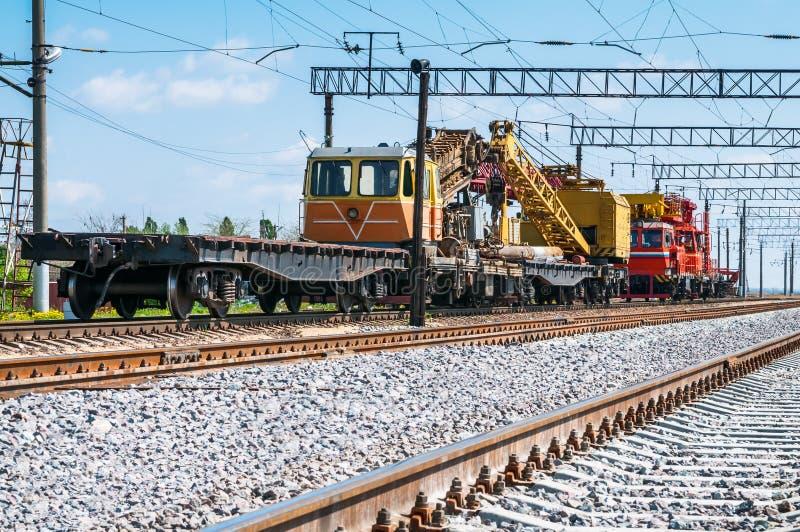 Τραίνο με τον ειδικό εξοπλισμό διαδρομής στις επισκευές στοκ εικόνες