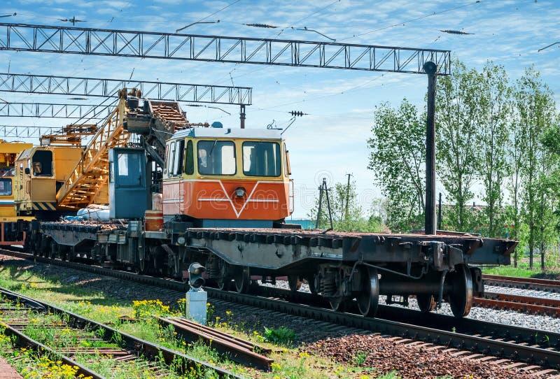 Τραίνο με τον ειδικό εξοπλισμό διαδρομής στις επισκευές στοκ φωτογραφία με δικαίωμα ελεύθερης χρήσης