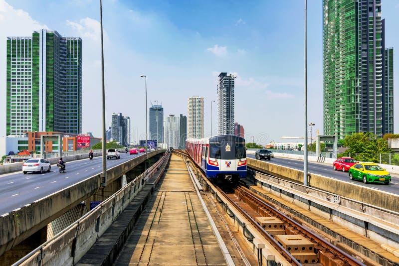 Τραίνο ουρανού BTS στη γέφυρα Taksin στοκ εικόνα με δικαίωμα ελεύθερης χρήσης