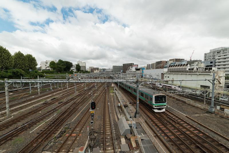 Τραίνο που πλησιάζει το σταθμό Ueno στο Τόκιο Αστική άποψη υποδομής διαδρομής σιδηροδρόμων στοκ φωτογραφία με δικαίωμα ελεύθερης χρήσης