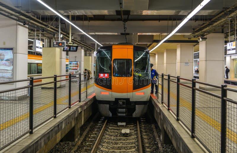 Τραίνο που σταματά στο σιδηροδρομικό σταθμό στοκ εικόνες