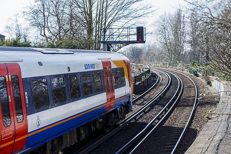 Τραίνο που σταματούν στο κόκκινο σήμα στοκ φωτογραφία