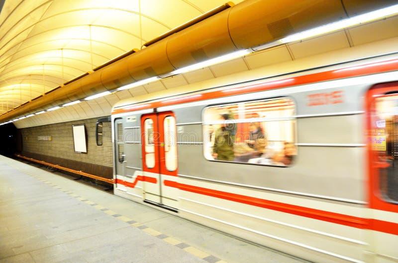 Τραίνο που φεύγει από τον υπόγειο στην πόλη της Πράγας στοκ φωτογραφία