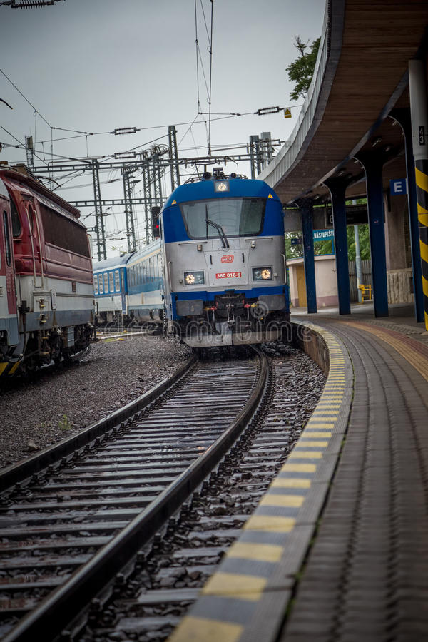 Τραίνο που φθάνει στον κύριο σταθμό της Μπρατισλάβα στοκ φωτογραφίες