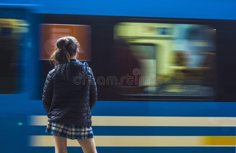 Τραίνο που φθάνει στο σταθμό στοκ φωτογραφία