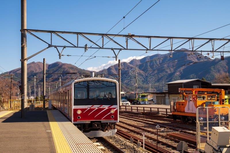 Τραίνο σε διάφορες διαδρομές σιδηροδρόμου από το σταθμό που μέσω της πόλης στοκ φωτογραφίες