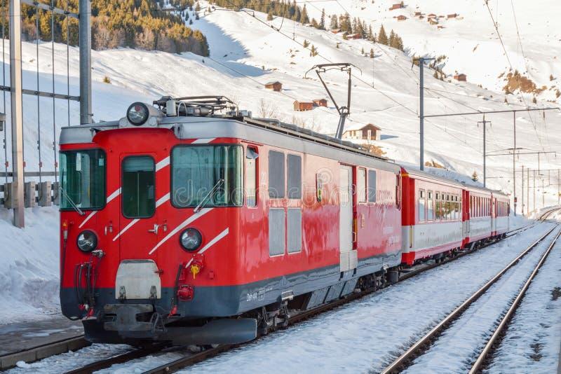 Τραίνο σιδηροδρόμων Gotthard Matterhorn που περιμένει στο σταθμό τρένου Dieni στην Ελβετία στοκ φωτογραφία με δικαίωμα ελεύθερης χρήσης