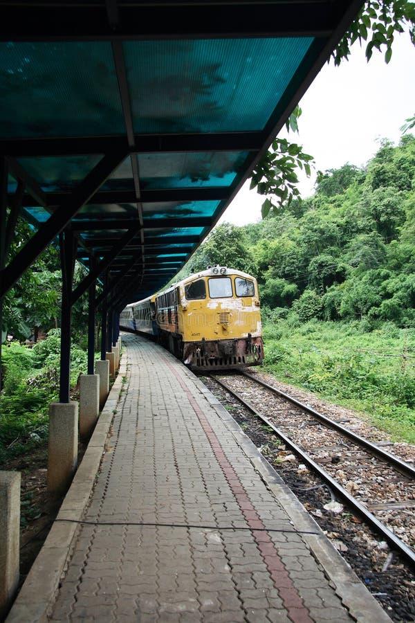 τραίνο σταθμών πλατφορμών στοκ εικόνα με δικαίωμα ελεύθερης χρήσης