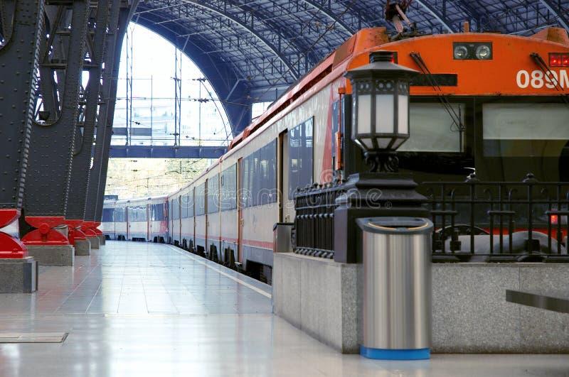 τραίνο σταθμών σιδηροδρόμου στοκ εικόνα με δικαίωμα ελεύθερης χρήσης