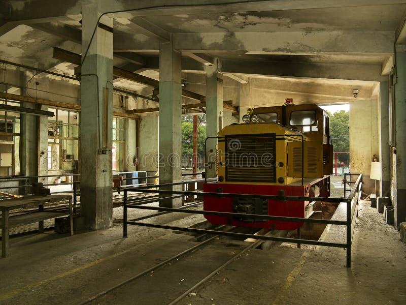 Τραίνο στην παλαιά αποθήκη υπηρεσιών στοκ φωτογραφία με δικαίωμα ελεύθερης χρήσης