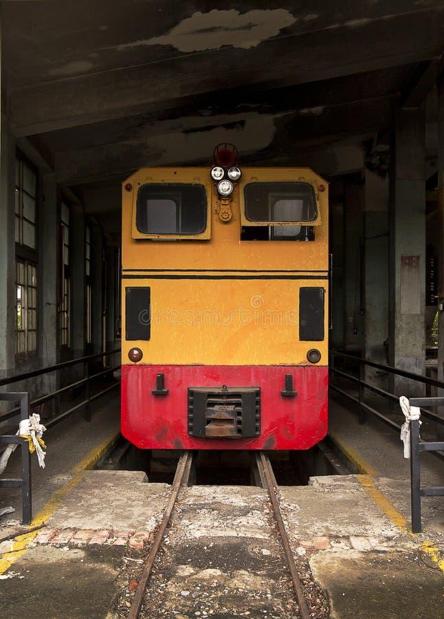 Τραίνο στην παλαιά αποθήκη υπηρεσιών στοκ φωτογραφίες