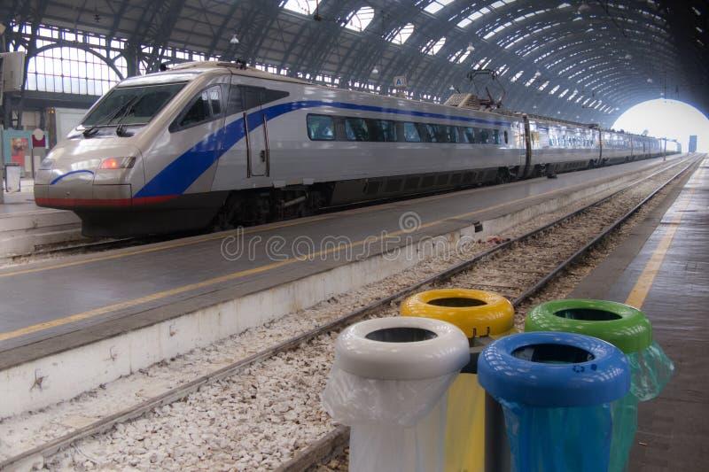 Τραίνο στο σταθμό του Μιλάνου στοκ φωτογραφία με δικαίωμα ελεύθερης χρήσης