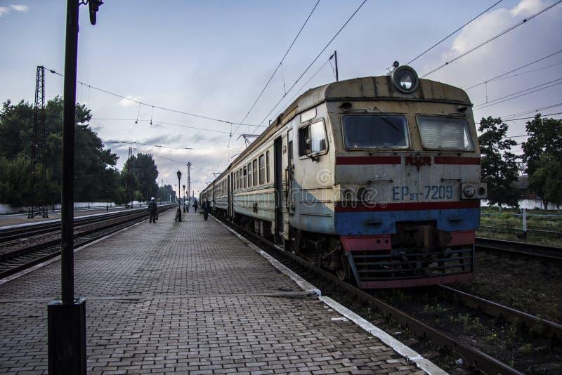 Τραίνο στο σταθμό τρένου Avdiivka κατά τη διάρκεια του εμφύλιου πολέμου στοκ εικόνες