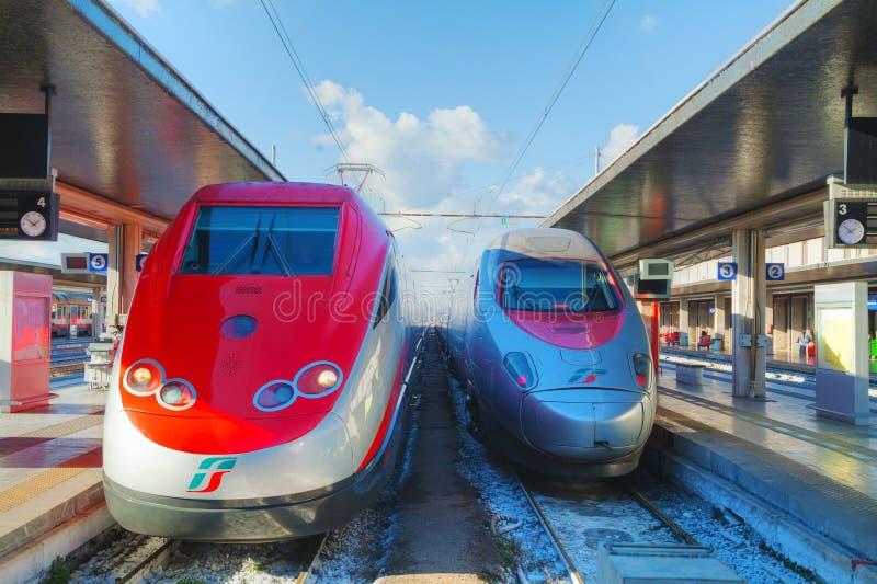 Τραίνο στο σταθμό Santa Lucia στη Βενετία στοκ εικόνες