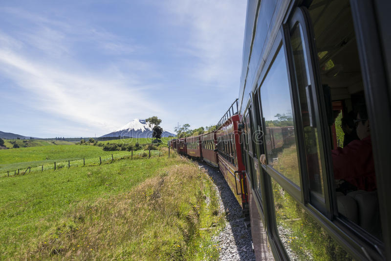Τραίνο τουριστών των ηφαιστείων στον Ισημερινό στοκ φωτογραφία με δικαίωμα ελεύθερης χρήσης