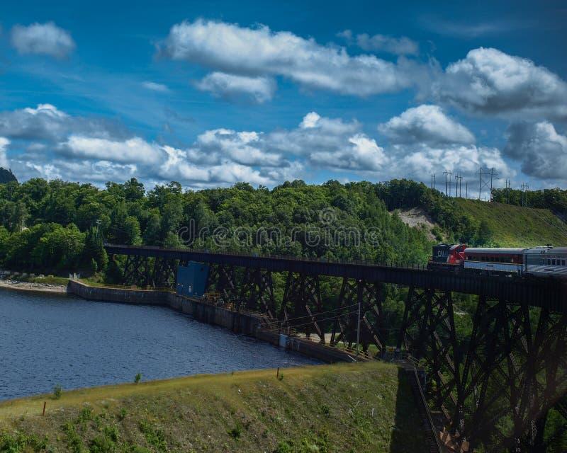 Τραίνο Algoma πέρα από τη λίμνη Μόντρεαλ, Οντάριο, Καναδάς στοκ εικόνες
