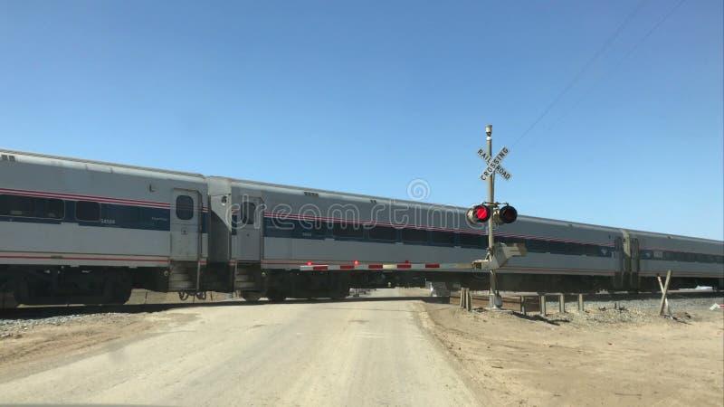 Τραίνο Amtrak που διασχίζει σε κεντρική Καλιφόρνια, ΗΠΑ απόθεμα βίντεο