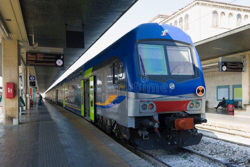 Τραίνο Vivalto 33 δύο-ιστορίας επιβατών στην πλατφόρμα του σιδηροδρομικού σταθμού Santa Lucia, Βενετία στοκ εικόνες