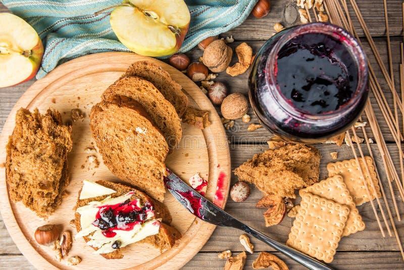 Τραγανές ψωμί, βούτυρο, και μαρμελάδα στοκ εικόνες