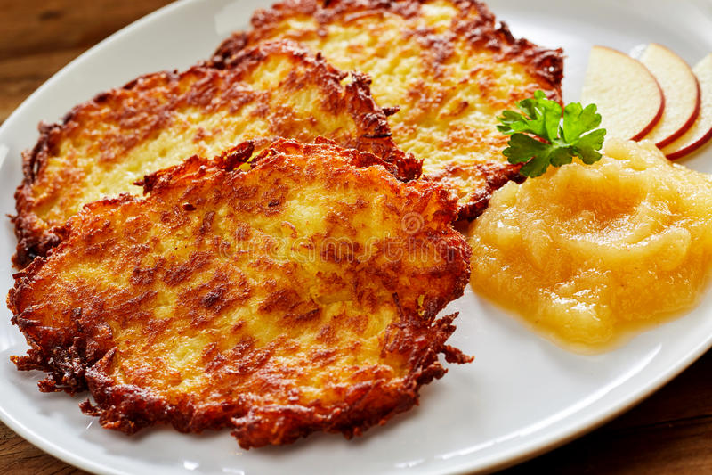 Τραγανή τηγανισμένη πατάτα Rosti που εξυπηρετείται με Applesauce στοκ φωτογραφίες με δικαίωμα ελεύθερης χρήσης