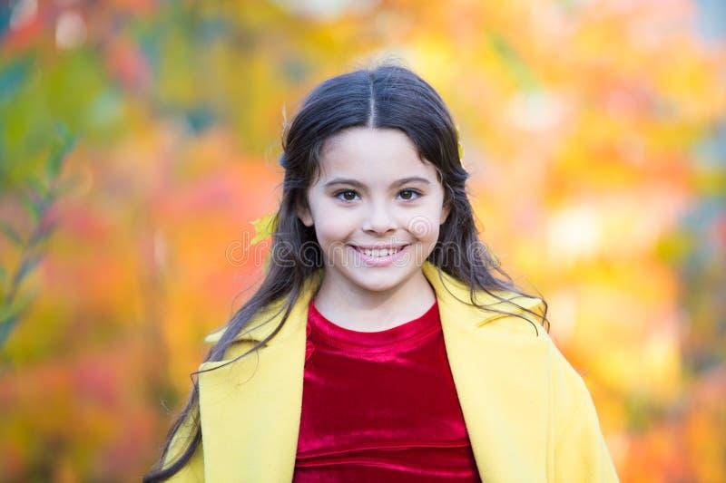 Τραγανός φθινοπωρινός αέρας Κοριτσάκι ριαίζει σε καθαρό καθαρό αέρα στο φθινοπωρινό τοριίο Χαρούμενο μικρό παιδί που χαμογελάει τ στοκ εικόνες