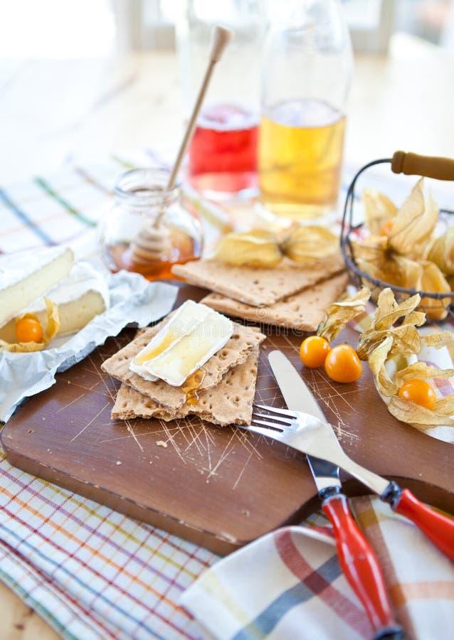 Τραγανό ψωμί με το τυρί και τον καρπό στοκ εικόνα