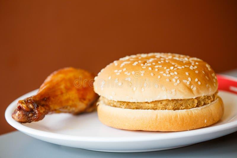 Τραγανό burger κοτόπουλου και τηγανισμένο κοτόπουλο στοκ φωτογραφία