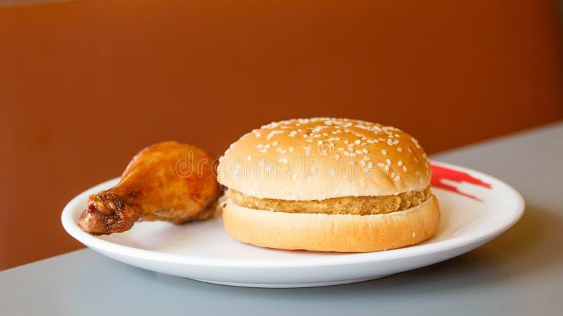 Τραγανό burger κοτόπουλου και τηγανισμένο κοτόπουλο στοκ εικόνα