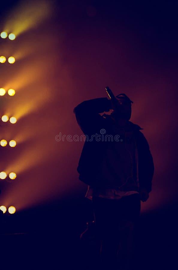 Τραγουδιστής χιπ χοπ με mic το διαθέσιμο τραγούδι στη σκηνή στοκ εικόνες με δικαίωμα ελεύθερης χρήσης