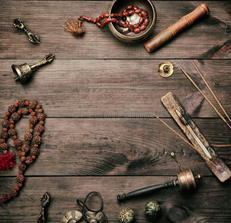 Τραγουδώντας κύπελλο χαλκού, χάντρες προσευχής, τύμπανο προσευχής και άλλα θιβετιανά θρησκευτικά αντικείμενα για την περισυλλογή στοκ εικόνες