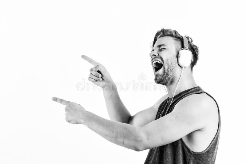Τραγουδώντας σε ένα τραγούδι σέξι μυώδης άνδρας ακρόαση ήχου άντρας με ακουστικά απομονωμένα σε λευκό e βιβλίο ξυρισμένος άνθρωπο στοκ εικόνα με δικαίωμα ελεύθερης χρήσης