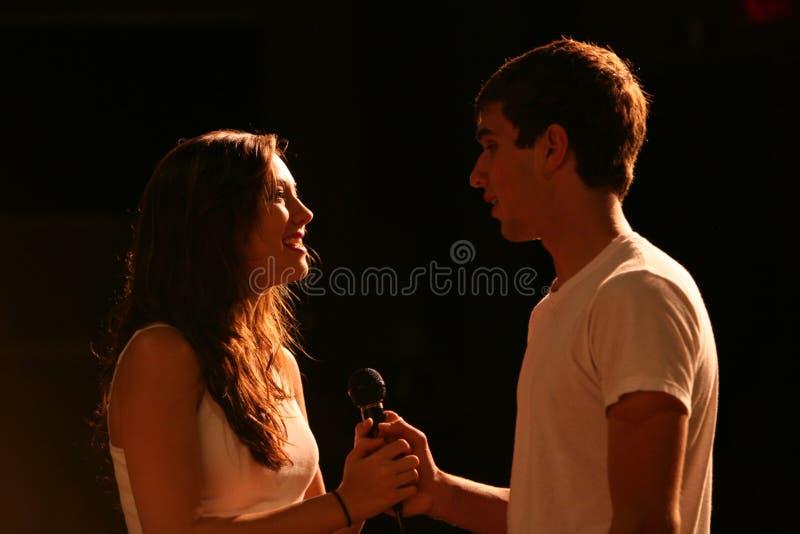 τραγουδώντας στάδιο teens στοκ φωτογραφία