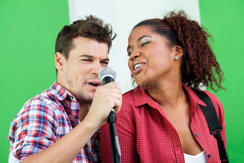 Τραγουδιστές που αποδίδουν στο στούντιο καταγραφής στοκ φωτογραφία με δικαίωμα ελεύθερης χρήσης