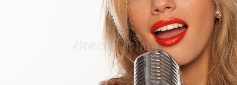 Τραγουδιστής με αναδρομικό mic στοκ φωτογραφίες