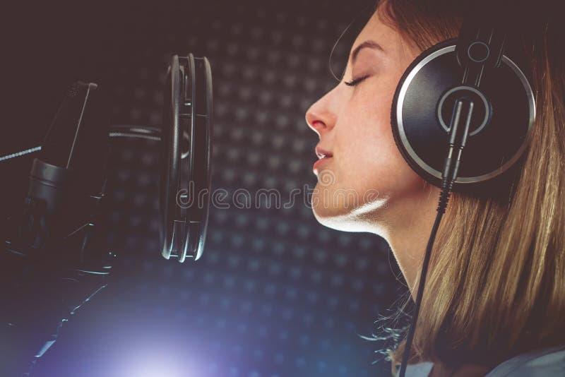 Τραγουδιστής που αποδίδει με το πάθος στοκ εικόνα