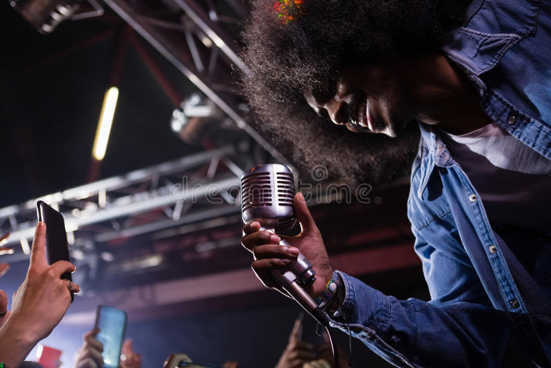 Τραγουδιστής που αποδίδει στη σκηνή στοκ φωτογραφία με δικαίωμα ελεύθερης χρήσης